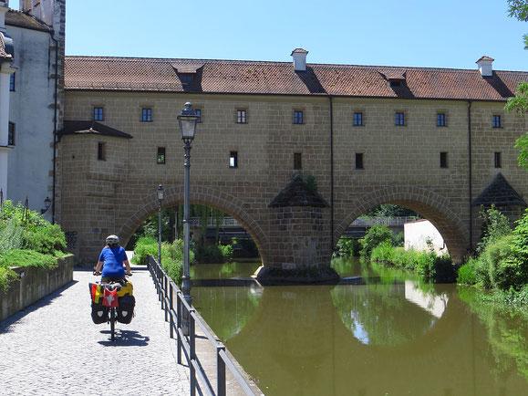 Die Stadtbrille (Bogenbrücke mit Wasserspiegelung), Wahrzeichen von Amberg.