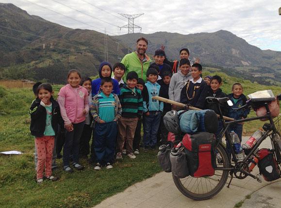 Alle wollen mit auf's Bild. Übernachten im kleinen Dorf Cachicadan.