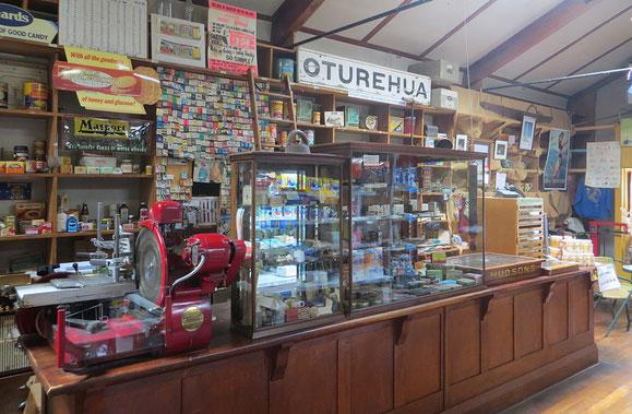 Der kleine Dorfladen in Oturehua ist Einkaufsmöglichkeit und Museum zugleich. Das Angebot ist allerdings sehr, sehr bescheiden.