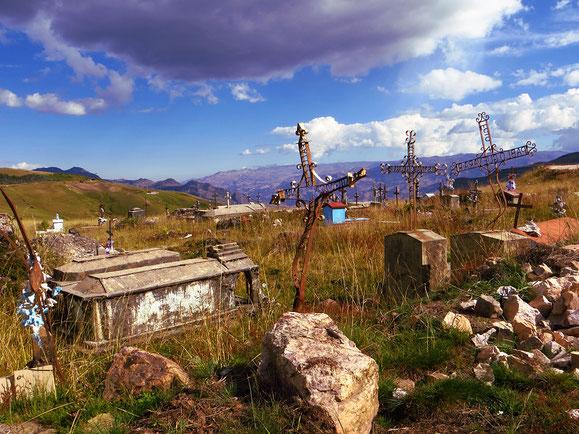 Friedhof an einer Strassenkreuzung auf gut 3000 m ü.M. Weit und breit kein Dorf.