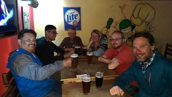 Fernradlertreffen am Biertisch in Cuenca mit Jose, Aldo, Lothar, Debbi und Ulli (von links).