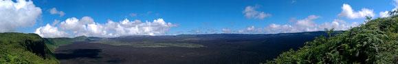 Vulkan Sierra Negra. Der Krater hat einen Durchmesser von 12 km. Der Vulkan spieh 2005 letztmals Feuer.