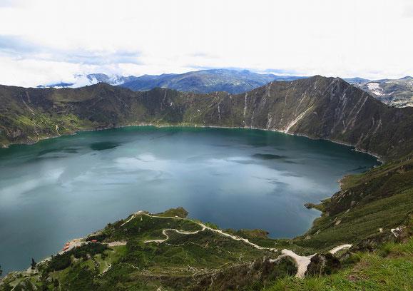 Der Quilotoa, ein 3914 m hoher, seit 800 Jahren schlafender Vulkan mit seinem faszinierenden, 250 m tiefen Kratersee.