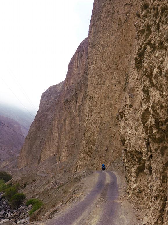 Die Bergflanken sind extrem instabil. Überall liegen Steine auf der Strasse.