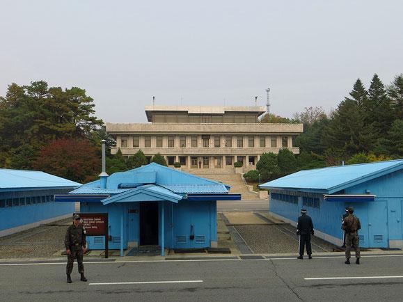 Ein Ausflug an die nordkoreanische Grenze ist ein sehr spezielles Erlebnis (hier Panmunjeom, das Gebäude hinten gehört zu Nordkorea). Die Grenze verläuft mitten durch die blauen Baracken.
