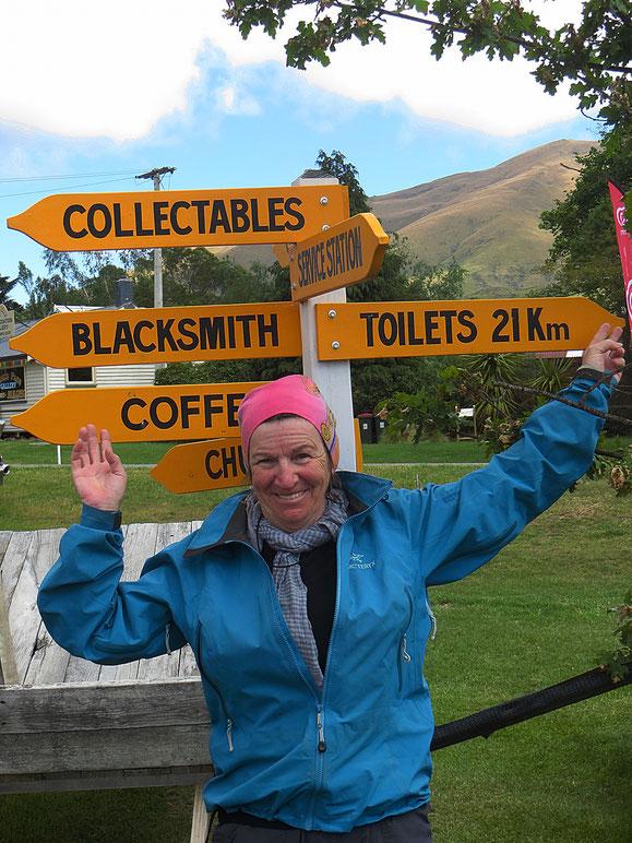 Ja, Kaffee gibt es hier, aber keine Toiletten. Backen zusammenkneifen und 21 km weiter pedalen . . .