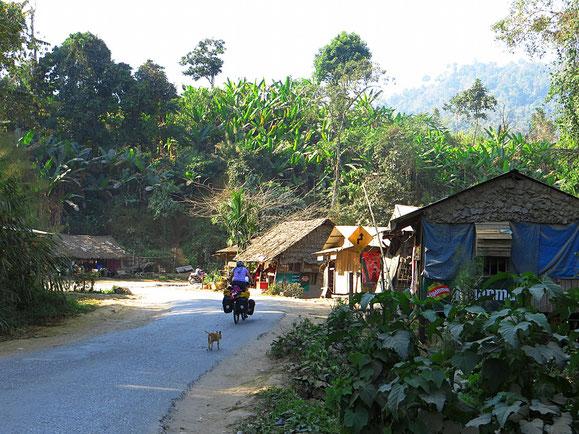 Unterwegs auf der Hauptstrasse nach Yangon.
