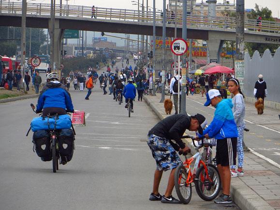 Sonntags gehören in Bogota diverse Strassen nur Radfahrern und Fussgängern.