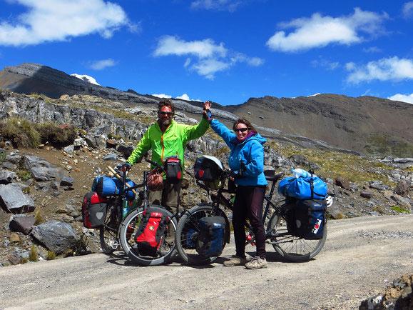 4874 m ü.M., unser persönlicher Rekord! Nie vorher waren wir zu Fuss, geschweige denn mit dem Velo so hoch unterwegs.