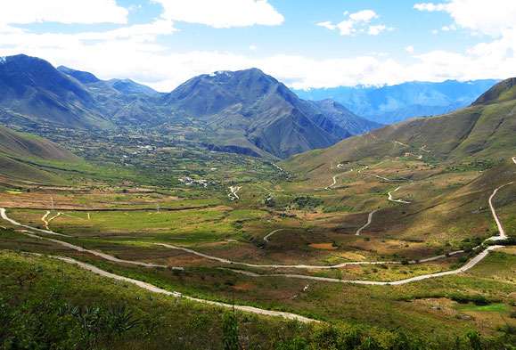 In langen Schlaufen den Berg hoch. Schon weit unten ahnen wir die Passhöhe, noch Stunden entfernt. Das Pedalen ist ein Genuss!