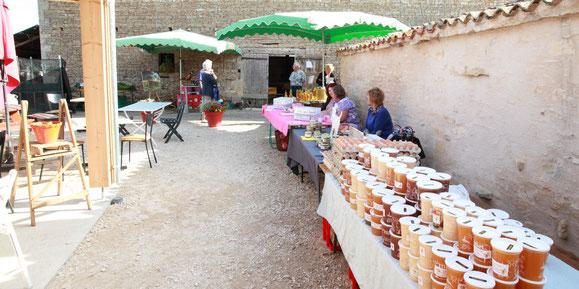 étale du marché de producteurs de la Ferme de La Pérotonnerie à Rom 79120