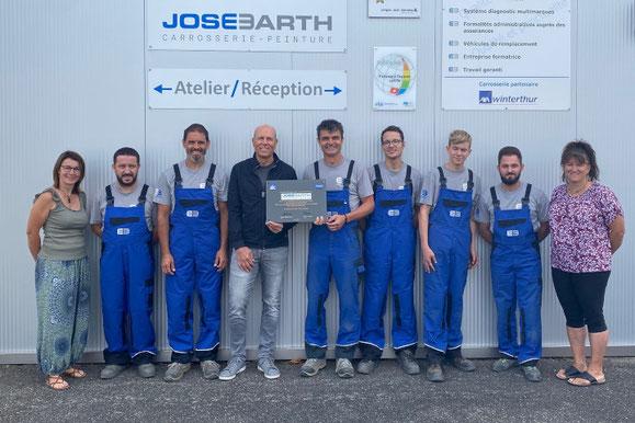 José Barth, propriétaire de la société, avec son équipe lors des félicitations de Patrick Scholl, représentant commercial d'André Koch AG (4e en partant de la gauche).