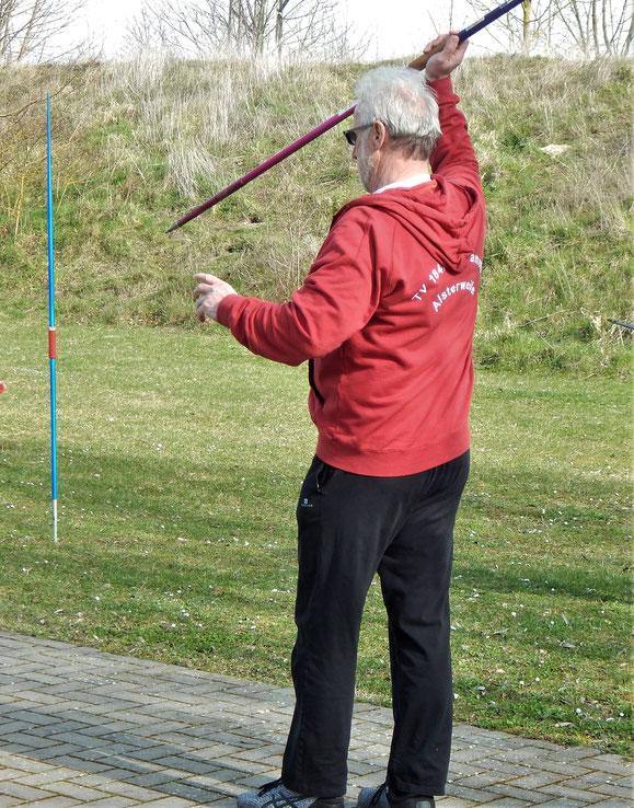 Horst Weber bei der Speerwurfvorbereitung! Er war an diesem Tage der beste Speerwerfer.