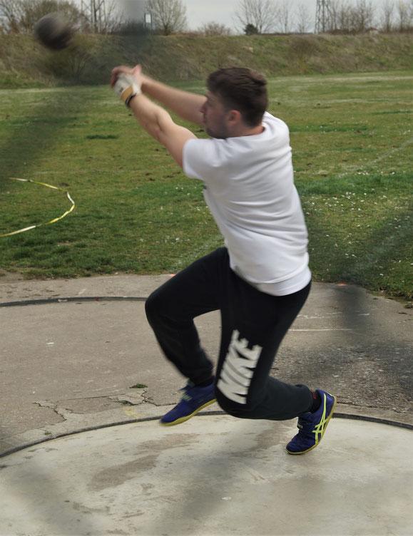 Daniel Bub mit vollem Einsatz beim Gewichtwerfen!