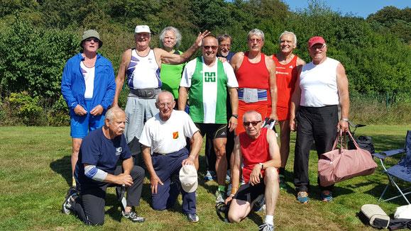 Die Sieger der Seniorenklassen unter sich. In der Mitte in grün der Golödmedaillöengewinner der M 70, Roland Klingler - Dritter von rechts der Zweitplatzierte Dr. Horst Böhmert-Ottmann in rot. Für eine Farbenvielfalt war somit ebenfalls gesorgt.