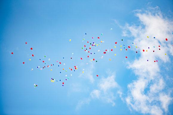 Luftballone als Abschluss einer Trauerfeier