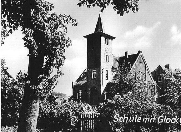 Altes Schulhaus mit Glockenturm