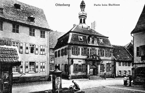 """1900,  Mit altem Marktbrunnen und Gasthaus """"Zum Güldenen Hirsch (rechts, ist 1913 abgebrannt)  Foto: Postkarte"""