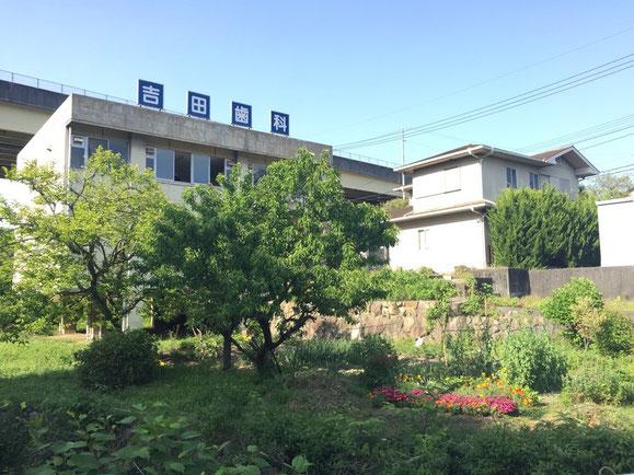 南西から見た外観です。右は将来改装予定の旧居宅です。当面、実践者が寝袋で泊まれます。右端の車庫と手前の素敵な畑は隣地です。