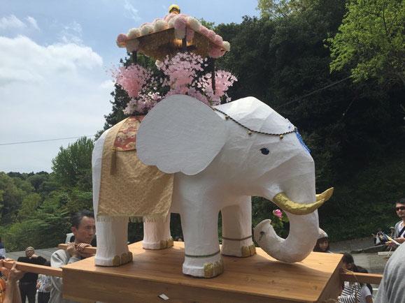 お釈迦様を乗せた白いゾウさんです!