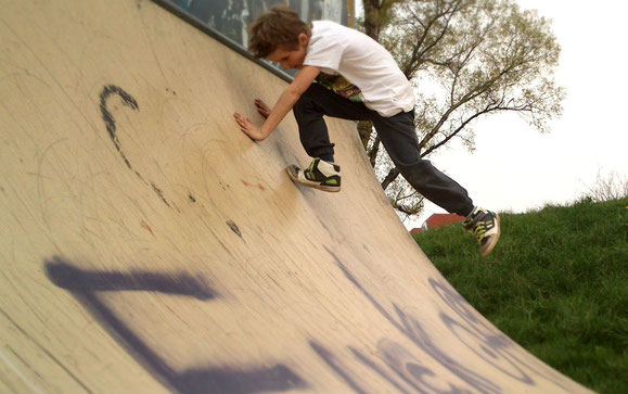 Martin in der Halfpipe - zu Fuß, mit Skateboard, mit dem Roller.