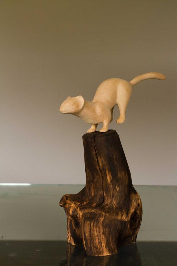 sculpture animaliére représentant une hermine en bois de Tilleul