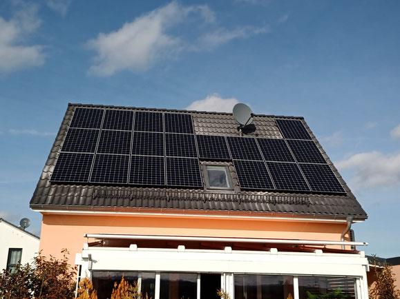 Fertig installierte Photovoltaikanlage auf einem Einfamilienhaus © iKratos