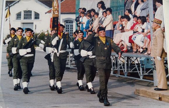 Garde au Drapeau du 299e R.I. : de g. à d. : SGT MUNIÈRES, SCH DUPHOT, SGT PETEL, SLT JAY* (porte-drapeau),  CCH ROCHET, ADJ MOUSSARD, LCL ESNAULT, GCA CUQ, Gouverneur militaire de LYON