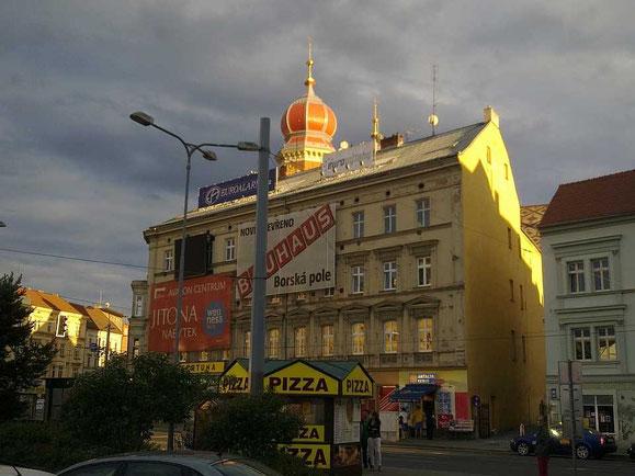 Turm der Großen Synagoge in Pilsen, hinter einem Nachbargebäude versteckt