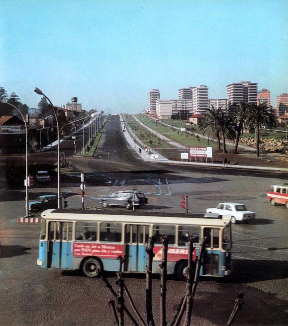 BUS URBANO DE VIGO EN LA PLAZA DE AMERICA EN LOS AÑOS 70.