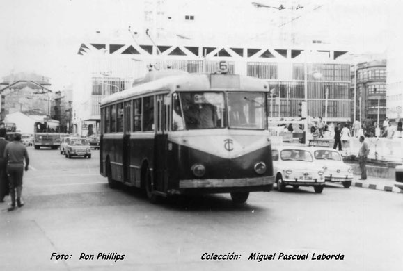 TROLEBUS PEGASO EN PLAZA DE PONTEVEDRA,EL BUS DE ATRAS PARECE DE LOS DE LA LINEA CIRCUNVALAR.