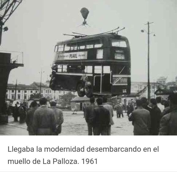 LLEGADA PROCEDENTE DE LONDRES DE LOS TROLEBUSES BUT DE 2 PISOS AUN CON LOS ANUNCIOS INGLESES SIENDO DESCARGADO DE L BARCO.VENIAN DE COLOR ROJO Y SE PINTARON AZUL MARINO CON EL TECHO CREMA Y GRANATE.ALGUNOS SE CORTARON Y ELIMINARON EL PISO PARA PODER SUBIR POR PLA Y CANCELA.