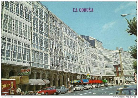 GALERIAS DE LA AVENIDA DE LA MARINA CON SUS CARTELES DE LOS LOCALES EN LA SEGUNDA MITAD DE LOS AÑOS 70.