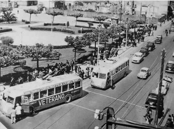 2 TROLEBUSES HISPANO SUIZA EN LA PLAZA DE PONTEVEDRA.ESPECTACULAR FOTO QUE DEBE DE SER DE LOS AÑOS 50.