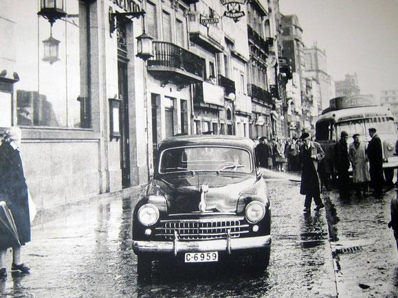 SI LLOVIA MUCHO Y HABIA MAREA ALTA SE INUNDABA EL CANTON PEQUEÑO,UN SEAT 1.400,EL PRIMER COCHE FABRICADO POR SEAT EN SU HISTORIA,SOBRE LA ACERA DELANTE DEL BANCO ESPAÑOL DE CREDITO (BANESTO),ACTUALMENTE BANCO DE SANTANDER.