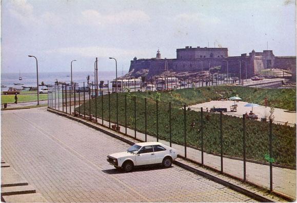 CASTILLO DE SAN ANTON Y UN SEAT 1.200 SPORT,AL FONDO SE VEN 2 AUTOCARES,UN BARREIROS VANHOOL Y UN PEGASO CASTRO CARIDE.