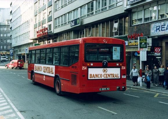 EL MISMO VISTO POR DETRAS,YDELANTE DEL BUS A LA DERECHA APARCADA SE VE LA CITROEN 400 DEL REVISOR DE CALLE.