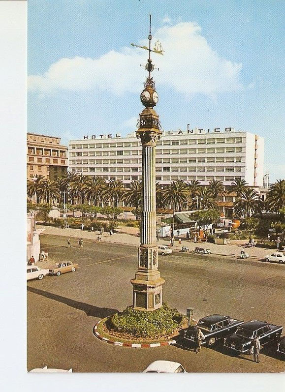 OBELISCO Y HOTEL ATLANTICO EN LOS JARDINES DE MENDEZ NUÑEZ,TIPICA IMAGEN DE LOS AÑOS 60 o 70 CON LOS TAXIS SEAT 1.500 EN LA PARADA,QUE COMO NO,TAMBIEN ESTROPEARON LOS POLITICOS PEATONALIZADORES.