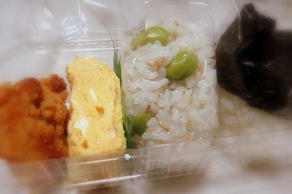 今日のメニュー。宝塚阪急のおにぎりセット。から揚げ・卵焼き・焼きサバのおにぎりと枝豆と茗荷のおにぎり。