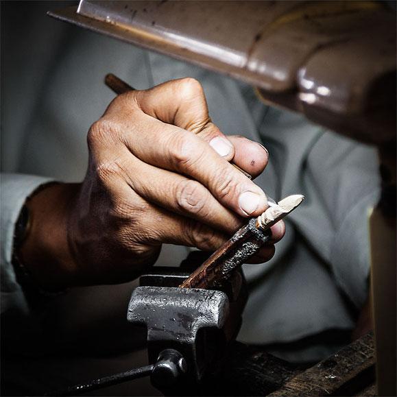 También en el mercado puedes encontrar a muchos artesanos y joyeros. Aquí un viejo artesano tallando  madera.