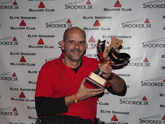 Zeigt stolz den Wanderpokal vom Turniersieg in Bratislava: Billard-Spieler Tankred Volkmer aus Althütte. Foto: J. Schuler