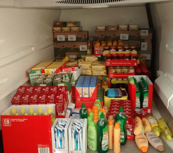 Der gut beladene Bus mit den gespendeten Lebensmittel