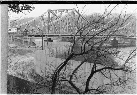 Glienicker Brücke, von den Grenzanlagen der Berliner Vorstadt aus gesehen, Kleinbilddia, 1989, SPSG