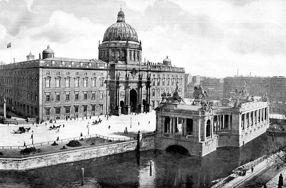 Die Westfassade des Berliner Schlosses und das Kaiser-Wilhelm-Nationaldenkmal