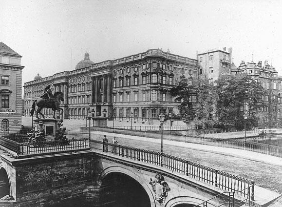 Blick über die Lange Brücke mit dem Reiterdenkmal des Großen Kurfürsten auf das Berliner Schloss