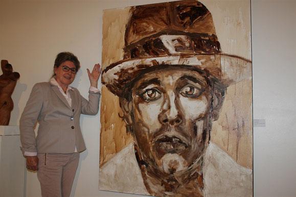 """Die Vorsitzende des Fördervereins Bildende Kunst OH Karin Klindwort, präsentiert mein """"Joseph Beuys """""""