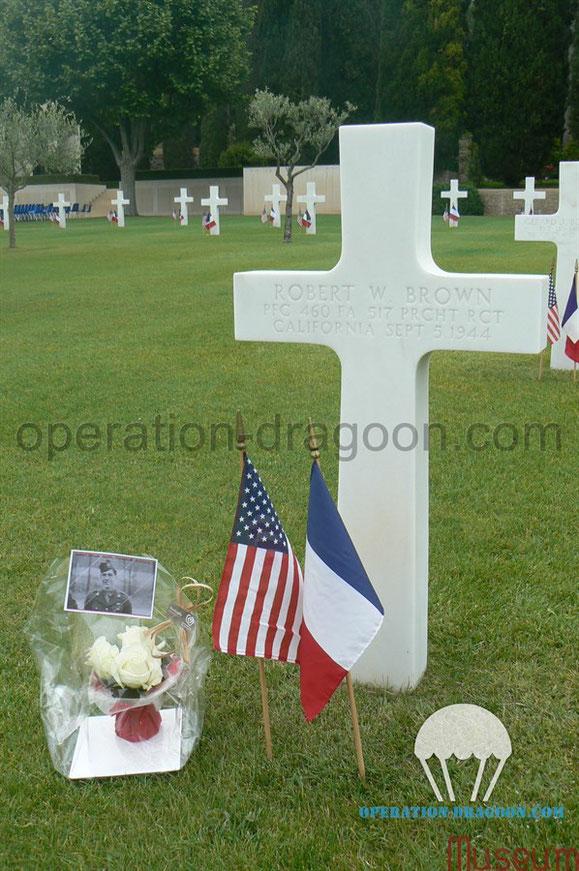 La tombe de Robert BROWN au cimetière Américain Rhône de Draguignan que nous avons fleurie lors du mémorial day.