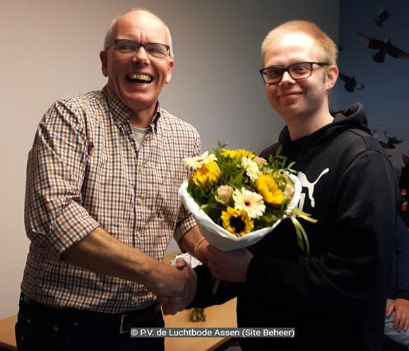 De bloemen voor 1e prijs, uitgereikt aan Johan Smit, Broer vluchtwinnaar Combinatie Smit-Mulder.