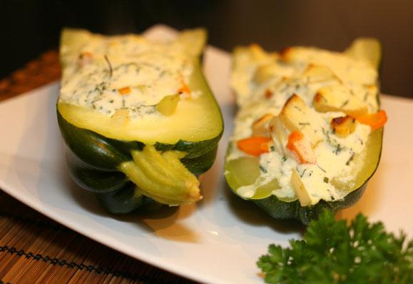 Bild zum Rezept für Steamer und Dampfgarer: Gefüllte Zucchini-Schiffchen.