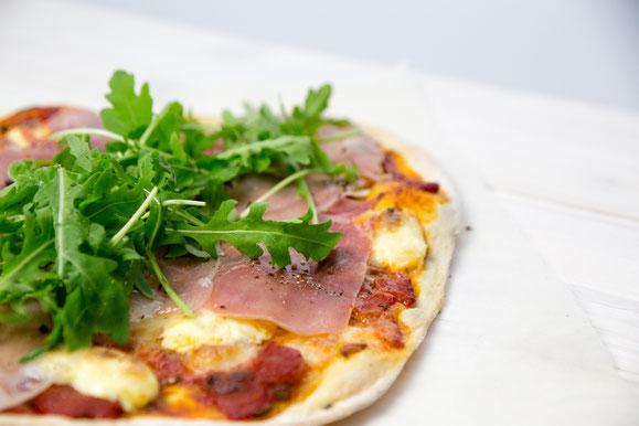 Bild zum Rezept für Steamer und Dampfgarer: Pizza mit Rohschinken, Ruccola, Cherrytomaten und Mascarpone.